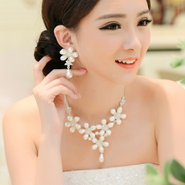 Luxurious Pearl Flower And Alloy Wedding Jewelry Set(Including Necklace and Earrings)
