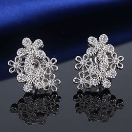 Chic Flower Stud Earrings with Rhinestone