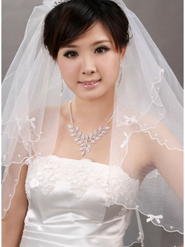 Attractive Fingertip Wedding Bridal Veils with Lace Flowery Edge