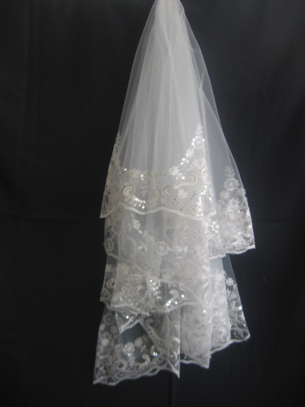 Beautiful Fingertip Wedding Veil With Lace Applique Edge