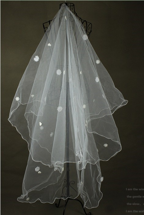 Delicate Fingertip Wedding Bridal Veil with Lace Flowery Edge