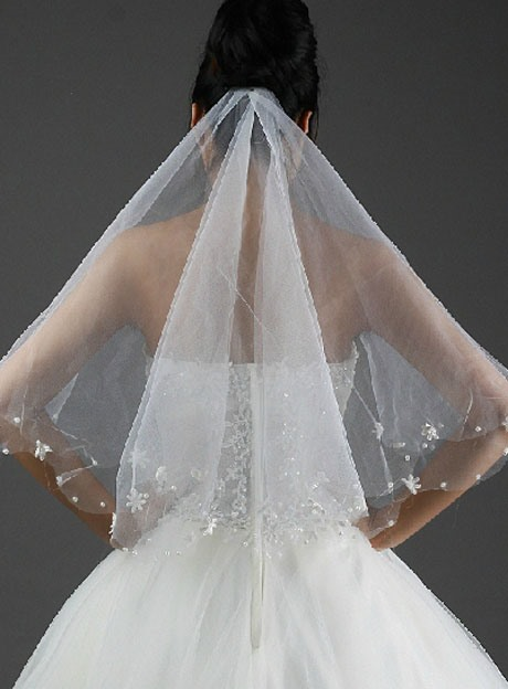 Charming Fingertip Wedding Bridal Veil with Lace Flowery Edge